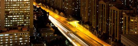 Nachtverkeer in de stad Stock Afbeelding