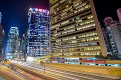 Nachtverkeer met lang blind in Sheung Wan Car Park stock afbeelding