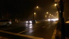 Nachtverkeer met mist Stock Foto's