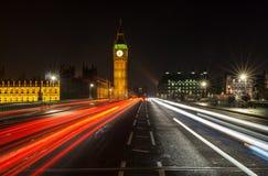 Nachtverkeer op de Brug van Westminster door Big Ben, Londen, Engeland Royalty-vrije Stock Afbeeldingen