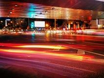 Nachtverkeer op de stadsachtergrond met lichte slepen en aanplakbordspatie voor openlucht reclameaffiche of spatie Royalty-vrije Stock Foto
