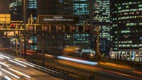 Nachtverkeer op de stedelijke doorgang en wegverbinding stock footage