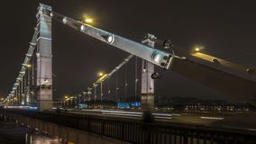 Nachtverkeer op de stedelijke doorgang en wegverbinding stock video