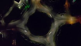 Nachtverkeer van auto op wegring van hoogste menings luchtlengte stock video