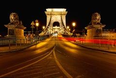 Nachtverkeer van auto's op Secheni-Brug Royalty-vrije Stock Foto's
