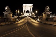 Nachtverkeer van auto's op Secheni-Brug Stock Afbeelding