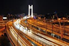 Nachtverkehr auf Basarab Brücke, Bucharest Lizenzfreie Stockfotografie