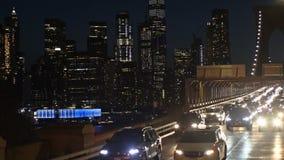 Nachtverkehr auf Brooklyn-Brücke in New York City, New York, USA Weichzeichnung stock video footage