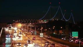 Nachtverkehr auf I-278 nähert sich RFK-Brücke stock video