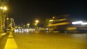 Nachtverkehr in der Stadt Auto-Antrieb mit Lichtern auf Nachtstraße Geschossen auf Kennzeichen II Canons 5D mit Hauptl Linsen stock video footage
