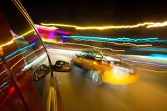 Nachtverkehr, Eintragfaden vom Fenster des Ansturmautos Lizenzfreie Stockbilder
