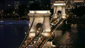 Nachtverkehr von Autos auf Secheni-Brücke stock video footage