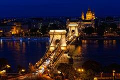 Nachtverkehr von Autos auf Secheni-Brücke Stockbilder