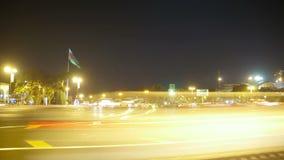 Nachtverkehr von Autos in der Stadt Geschossen auf Kennzeichen II Canons 5D mit Hauptl Linsen stock video