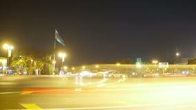 Nachtverkehr von Autos in der Stadt Geschossen auf Kennzeichen II Canons 5D mit Hauptl Linsen stock video footage