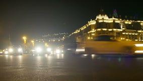 Nachtverkehr von Autos in der Stadt Geschossen auf Kennzeichen II Canons 5D mit Hauptl Linsen stock footage