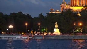 Nachtverlichting van de Admiralteiskaya-Dijk in St. Petersburg Stock Foto's
