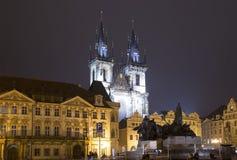 Nachtverlichting van de sprookjekerk van onze Dame Tyn (1365) in de Magische stad van Praag, Tsjechische republiek Stock Afbeelding