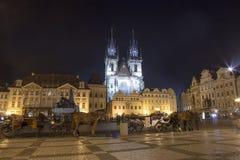Nachtverlichting van de sprookjekerk van onze Dame Tyn (1365) in de Magische stad van Praag, Tsjechische republiek Royalty-vrije Stock Afbeelding