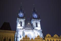 Nachtverlichting van de sprookjekerk van onze Dame Tyn (1365) in de Magische stad van Praag, Tsjechische republiek Royalty-vrije Stock Foto's