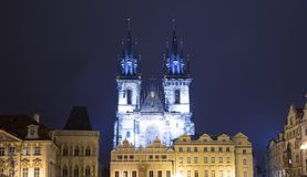 Nachtverlichting van de sprookjekerk van onze Dame Tyn (1365) in de Magische stad van Praag, Tsjechische republiek Stock Afbeeldingen