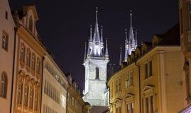 Nachtverlichting van de sprookjekerk van onze Dame Tyn (1365) in de Magische stad van Praag, Tsjechische republiek Stock Foto's