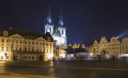 Nachtverlichting van de sprookjekerk van onze Dame Tyn (1365) in de Magische stad van Praag, Tsjechische republiek Royalty-vrije Stock Afbeeldingen