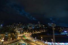 Nachtverlichting van stedelijk verkeer bij een verbinding stock footage