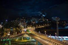 Nachtverlichting van stedelijk verkeer bij een verbinding stock video