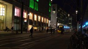Nachtvideo van mensen en trams dichtbij Alexanderplatz-Post, Berlijn, Duitsland stock footage