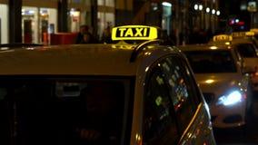Nachtvideo van taxis en mensen in Rosenthaler Strasse, Berlijn, Duitsland stock video