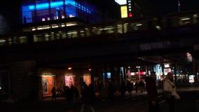 Nachtvideo van trams, treinen en mensen in Alexanderplatz vroeger Oost-Berlijn, Duitsland stock videobeelden
