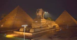 Nachtvisie van de piramide van Egypte Stock Foto's
