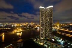 Nachtvogelaugenansicht des Chao Phrayas in Bangkok Lizenzfreie Stockbilder