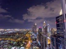 Nachtvogelperspektive von im Stadtzentrum gelegenen Wolkenkratzern Dubais, vereinigte Araber-EMS Lizenzfreie Stockfotografie