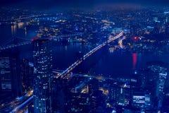 Nachtvogelperspektive von New York City und von East River Brücken Stockfotografie