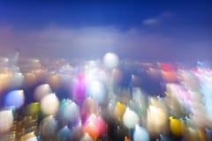 Nachtvogelperspektive von undeutlichem Stadtbild mit Lichtern Lizenzfreie Stockfotos