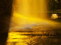 Nachtwasserfall Lizenzfreie Stockfotografie