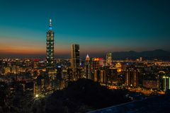 Nachtweergeven van helder Lit Cityline van Taipeh, Taiwan royalty-vrije stock fotografie