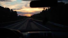 Nachtweg, zonsondergang De familie gaat door auto op de weg Vader en zijn zes maanden zoete dochter die de kaart in het park van  stock videobeelden