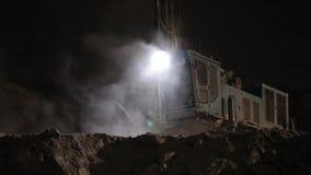 Nachtwerk bij de steengroeve stock video
