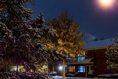 Nachtwinterlandschaft in der Gasse der Stadt Lizenzfreies Stockfoto