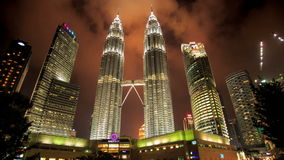 Nachtwolken-Bewegung über Petronas-Twin Towern stock video