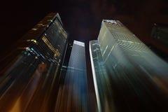 Nachtwolkenkrabbers die zich in de hemel uitrekken royalty-vrije stock foto's