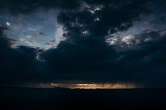 Nachtzeit über Ozean und Strand Stockbild