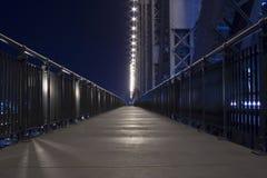 Nachtzeit auf Geschichtebrückenfußweg Stockfotos