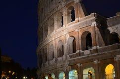 Nachtzeit Colosseum lizenzfreies stockfoto