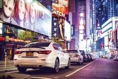 Nachtzeit in den Times Square-Funktionen mit Autoparkstadt beleuchtet in New York City am 18. April 2016 Lizenzfreie Stockfotografie
