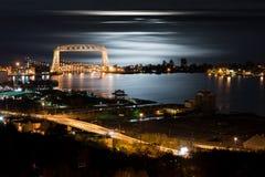 Nachtzeit Duluths Minnesota Stockbilder