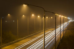 Nachtzeit geschossen von beschleunigenverkehr Lizenzfreie Stockfotos
